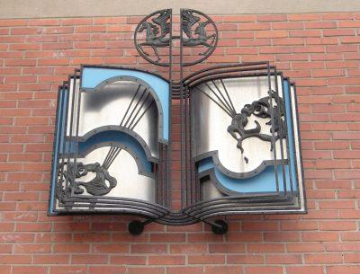 """Dekoratyvinis akcentas """"Knyga"""" (su Romualdu Inčirausku). 1983 m. Bronza, nerūdijantis plienas, geležis, tompakas, emalis, mišri technika, 290 x 240 cm"""