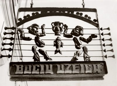 "Iškaba ""Bočių užeiga"". 1978 m. Bronza, lieta, 60 x 90 cm"